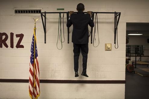 президент США Барак Обама подтягивается на турнике